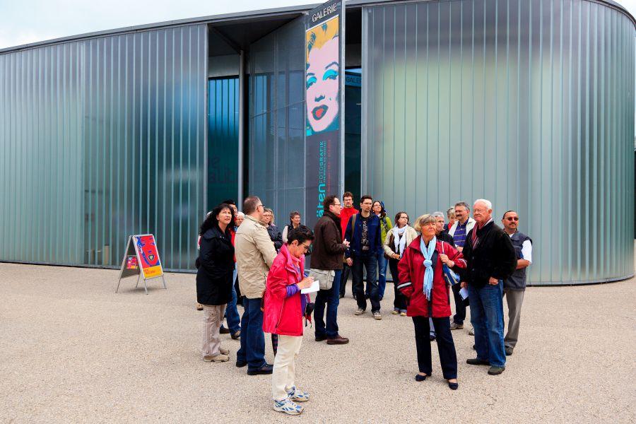 Eine Stadtführungsgruppe am Treffpunkt vor der Galerie Stihl