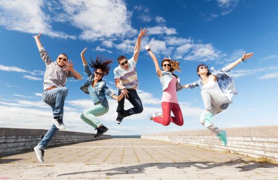 Bild springende Jugendliche