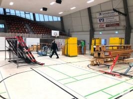 Leerräumen der Rundsporthalle für das Kreisimpfzentrum Foto Feuerwehr WN