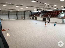 KIZ - Verlegen eines Schutzbodens in der Rundsporthalle für das Kreisimpfzentrum Foto Feuerwehr WN