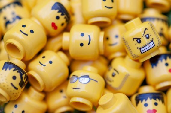 es sind ganz viele gelbe Legoköpfe mit unterschiedlichen Gesichtsausdrücken abgebildet