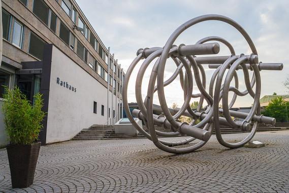 Neues Rathaus mit Skulptur